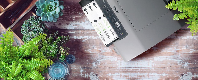 Tisch mit Desktop-Etikettendrucker, der Schlaufenetiketten druckt